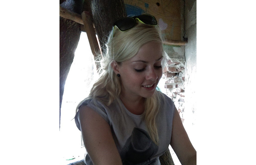 Marlene Heinrich interviewt in einem Baumhaus