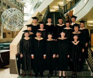 Die glücklichen Absolventinnen und Absolventen der ersten Klasse des Global Executive MBA im Jahr 2001