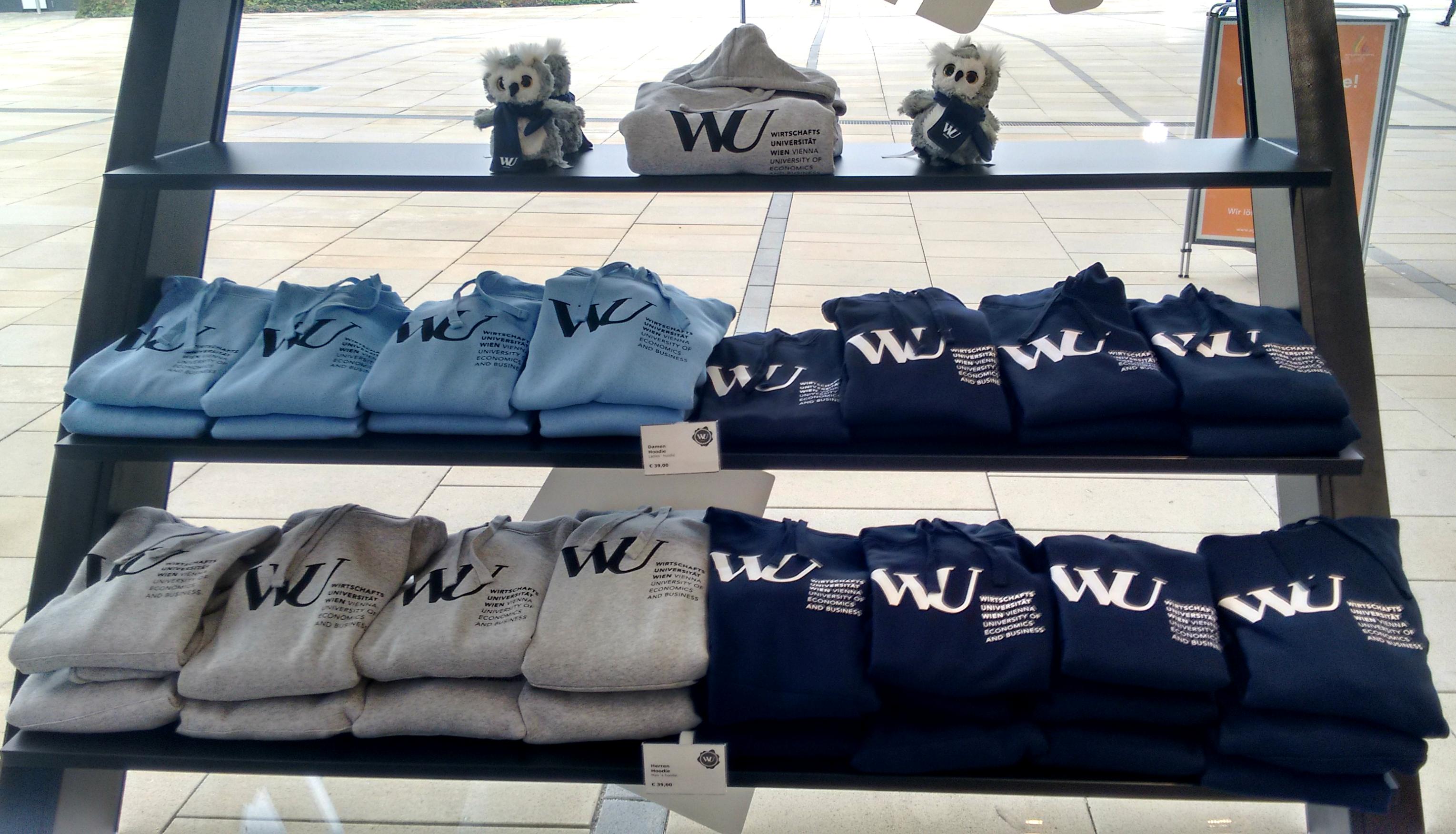 Hoodies im WU Shop am Campus der Wirtschaftsuniversität Wien.