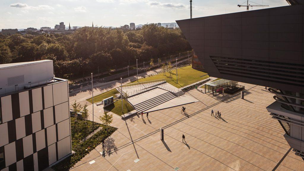 Amphitheater vor dem LC (zentraler Platz am Campus)